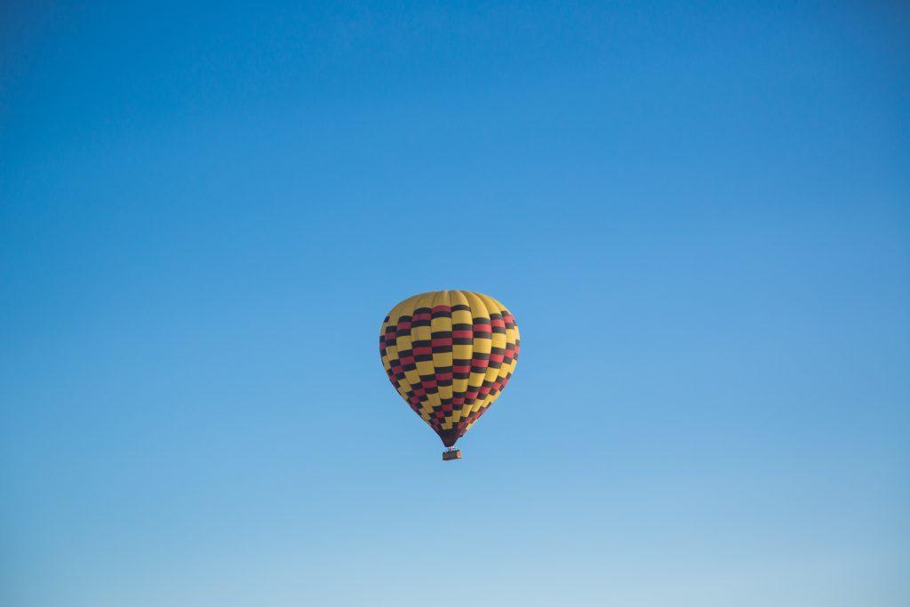 Gelb-roter Heißluftballon am Himmel