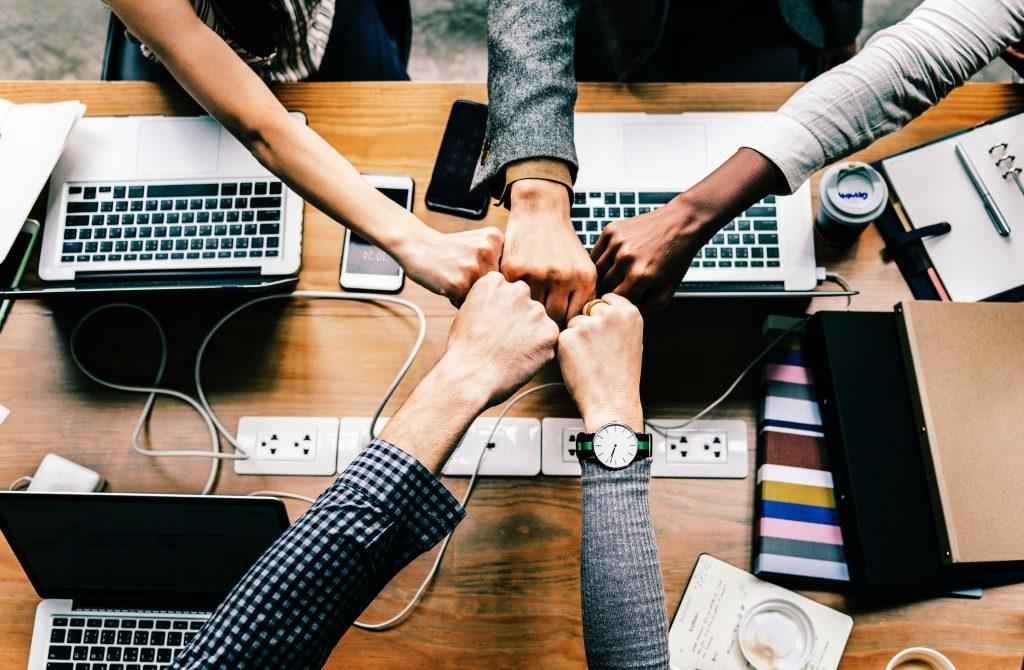 Teamarbeit im Büro mit Laptop